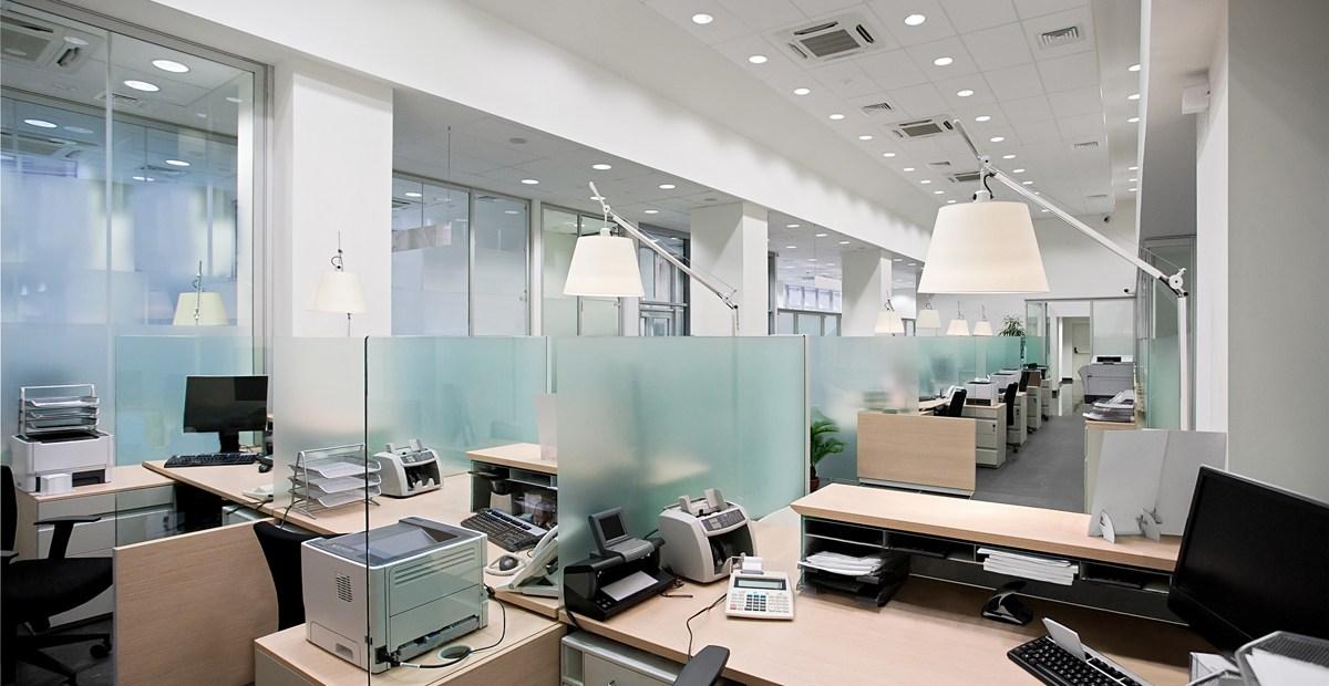 Spot LED encastrable extra plat dans un bureau